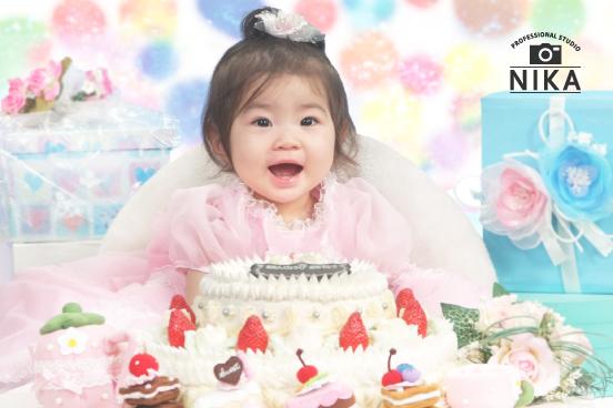 スタジオ二科で撮影されたケーキに囲まれた赤ちゃんの写真