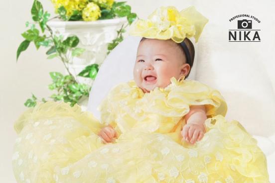 スタジオ二科で撮影された赤ちゃんの黄色いドレス姿の写真